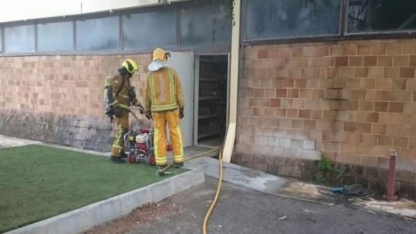 Dos de los bomberos desplazados hasta la fábrica en Cocentaina