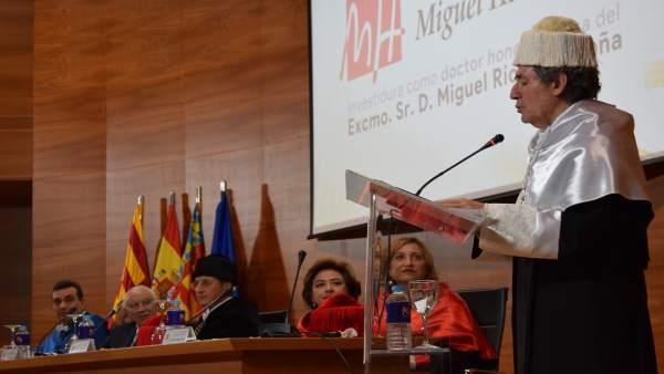 Miguel Ríos este viernes en su discurso de aceptación del doctorado