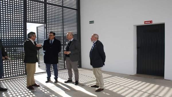 Carmona (segundo por la dcha.) visita el CIE