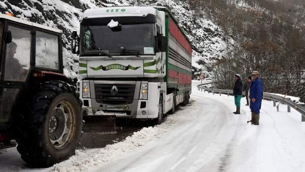 La nieve afecta a más de un centenar de carreteras