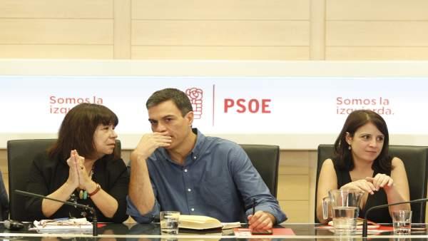 Pedro Sánchez, Cristina Narbona y Adriana Lastra