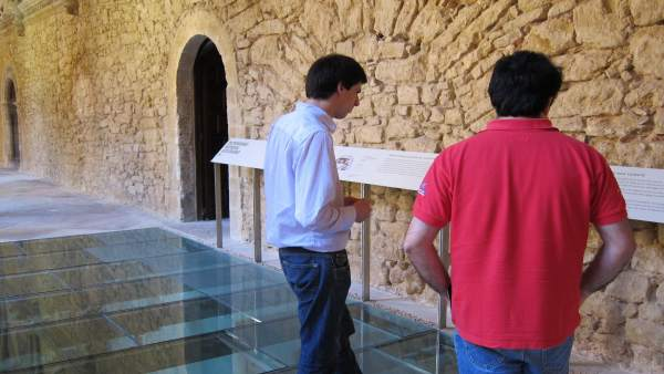 Visitantes En El Museo Arqueológico De Asturias