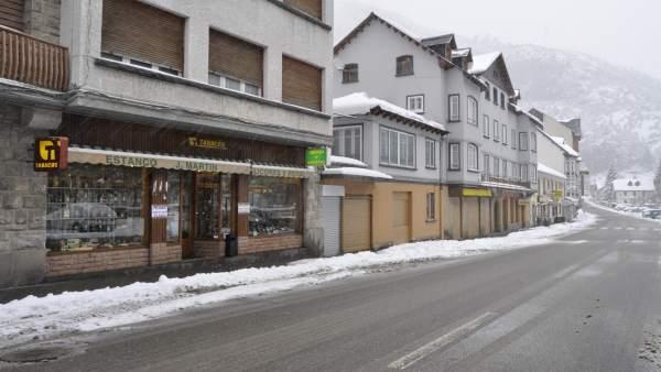 Pueblo y carretera con nieve