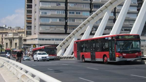 Autobuses de la EMT circulando por el centro de Valencia