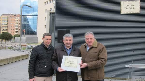 Joseba Asiron entrega la placa de la calle Juez Elío