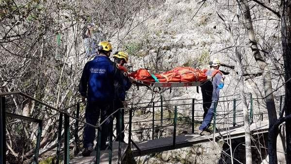 Traslado de la accidentada por los bomberos