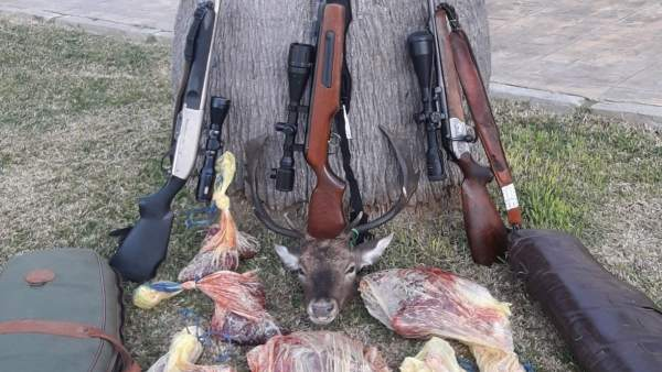 Armas y pieza de caza decomisados