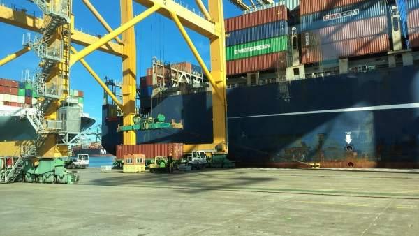 Buque en el puerto de València