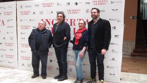 El director Agustí Villaronga junto al reparto de su película 'Incierta Gloria'