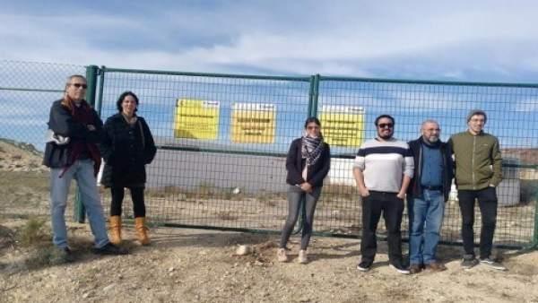 Dirigentes de IU durante la visita al área contaminada de Palomares en diciembre
