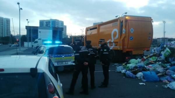 Camión de Lipasam del que ha sido rescatado un hombre