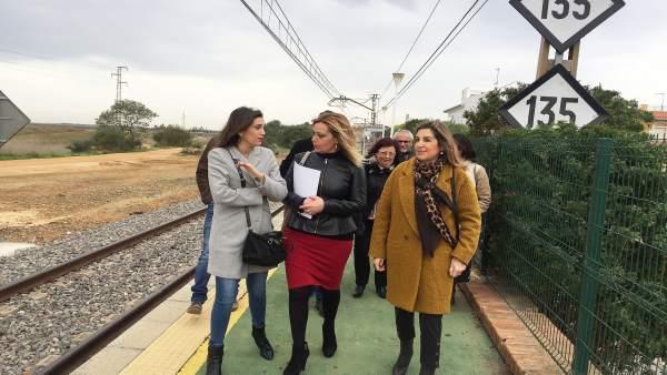 Dirigentes socialistas en el paso elevado de San Juan del Puerto.