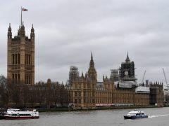 Al menos tres heridos después de que un hombre empotrara un coche contra el Parlamento británico