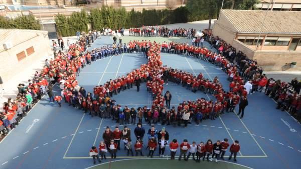 Escolares forman el símbolo de la paz