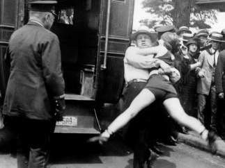 Arrestada por llevar las piernas al aire