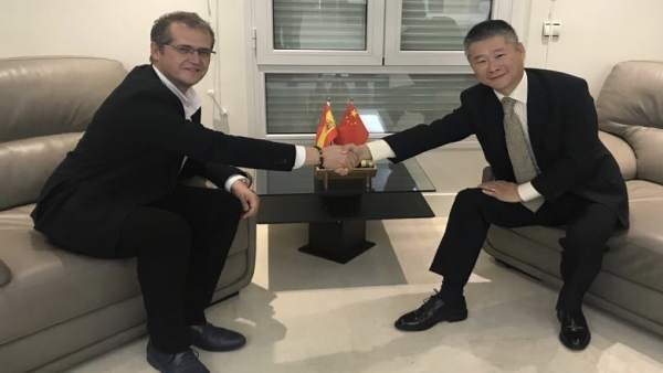 José Luis Caravaca y Wang Yingqi en la embajada china en noviembre pasado