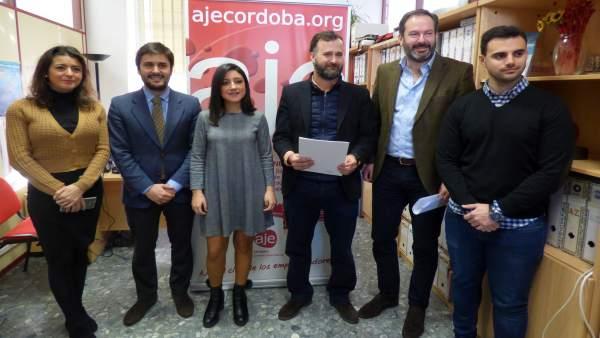 Adolfo Molina y Cintia Bustos con directivos de AJE