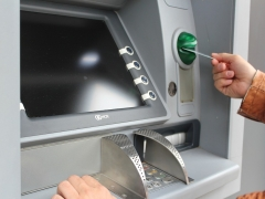 Un ladrón se compadece de su víctima y le devuelve el dinero robado al ver el saldo de su cuenta
