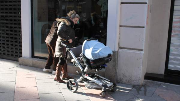 Carrito de bebe, Mujer paseando, Calle