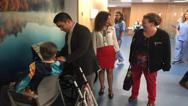 Reyes saluda a una usuaria de la residencia para personas mayores Santa Teresa.