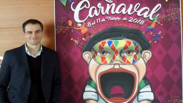 Miguel Sainz posa con el cartel