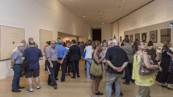 Público en la inauguración de una exposición del IVAM