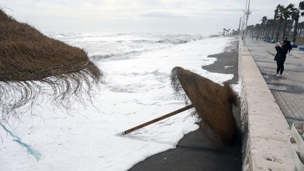 Temporal de viento playas málaga capital arena mar paseo marítimo