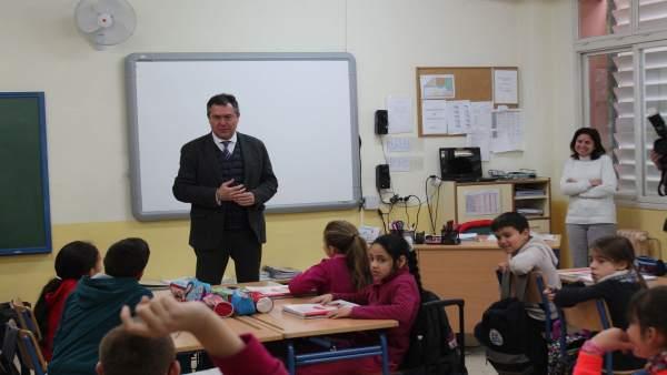 Espadas visita un colegio de Sevilla Este
