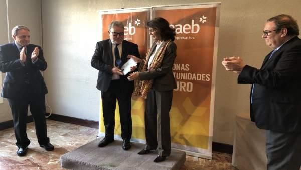 Carmen Planas junto a responsable CAEB en Menorca