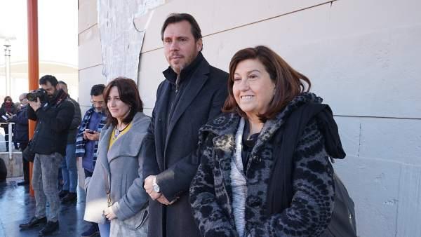El alcalde, entre María Sánchez (i) y Victoria Soto (d)