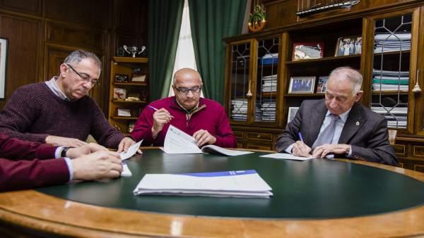 Gabriel Amat, en la firma del contrato de adjudicación de las obras en Viator.