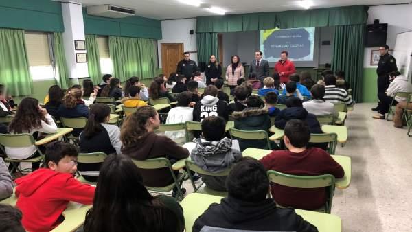 Charla policía agentes alumnos escolares redes sociales internet acoso educación