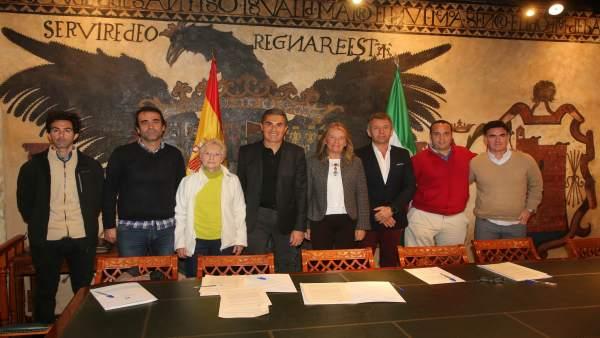 Angeles Muñoz con representantes de entidades deportivas marbella