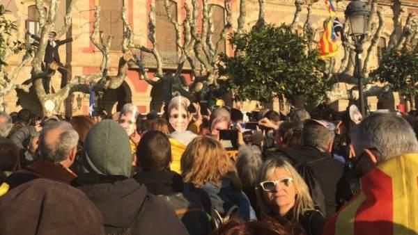 Centenares de personas protestan ante el Parlament.