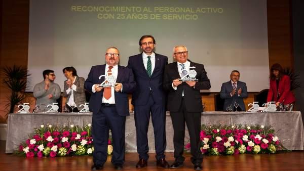 Juan Goméz con los dos exrectores de la UJA