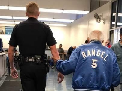 El agente acompañando a comisaría al anciano que no podía extraer su dinero del banco.