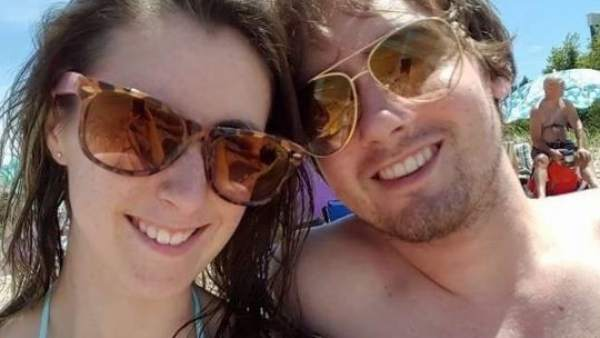 Pareja infectada por unas larvar en la playa, Katie Stephens
