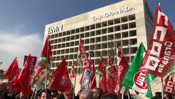 Concentración de sindicatos ante El Cubo en Granada, en contra del ERE de Bankia