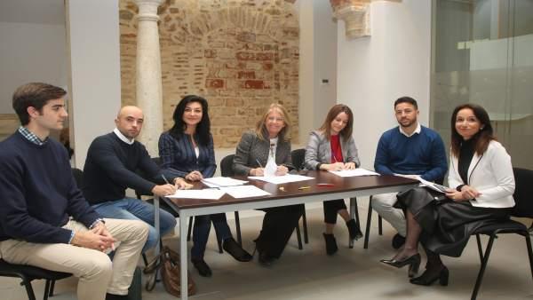 Muñoz en la firma de convenicos con emprendedores