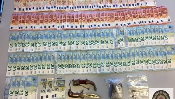 Dinero y droga interceptada por los Mossos d'Esquadra en un bar de Sant Andreu de la Barca.