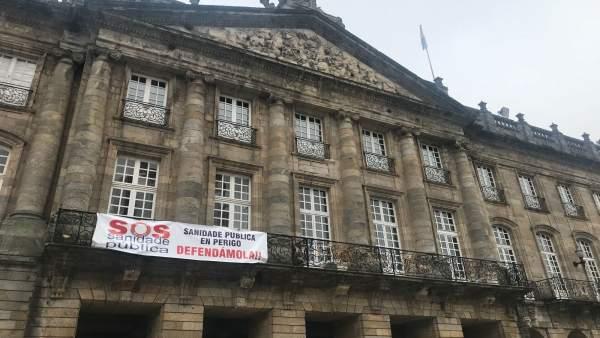 Pancarta en defensa de la sanidad pública en la fachada del Ayuntamiento