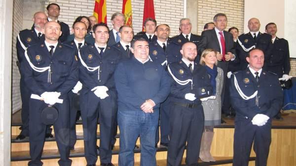 El alcalde y los concejales junto a los policías que han ascendido