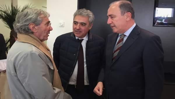 El concejal de Hacienda, Antonio Gato (derecha)