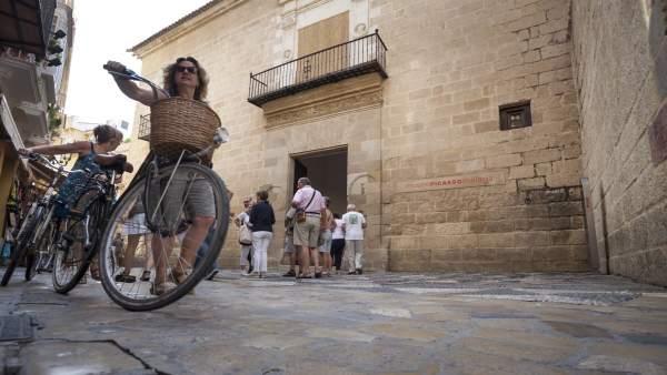 Turistas viajeros museo picasso málaga bicicleta cicloturismo visitantes cultura