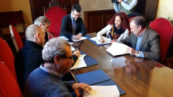 Firma acuerdo entre Cort y sindicatos