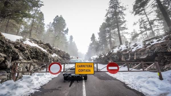 Carretera de acceso al Teide cortada