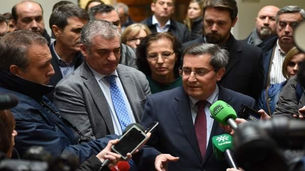 El presidente de la Diputación, José Entrena, atiende sobre el eje de 400 kV