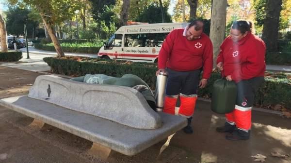 Voluntarios de Cruz Roja atienden a una persona sin hogar en Granada