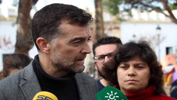 Antonio Maíllo atiende a los periodistas