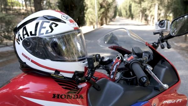 Equipo de grabación de Majes en el casco y en la moto